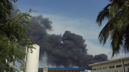 rozlití : Huge fire blaze from burning oil factory in Bangkok Thailand