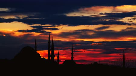 древний : Timelapse view of Istanbul cityscape with famous Suleymaniye mosque at sunset