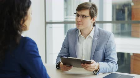 recrutamento : HR male manager shaking hand to female candidate after having job interview in modern office