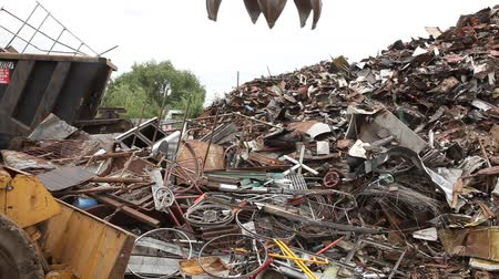 reutilização : Heap of old metal and equipment for recycling, hoisting of metal Vídeos