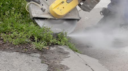 vágás : Curbstone cutting with circular saw blade at construction site