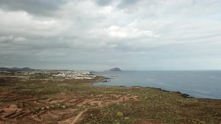 volkanik : landscape of south Tenerife with desert footpath and ocean Stok Video