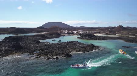 fuerteventura : 06.29.2018: Boat with tourists on the island of Lobos, off the coast of Corralejo, on the island of Fuerteventura Stock Footage