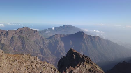 кратер : MIrador Roque de los Muchachos, popular tourist attraction - La palma Стоковые видеозаписи