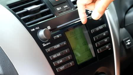gösterge paneli : Car CD player - putting a CD into a car music system