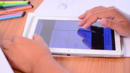 znalost : Student using and learning knowledge by tablet