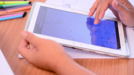 aluno : Student using and learning knowledge by tablet