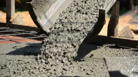 beton : Close up pouring concrete liquid to block Stok Video