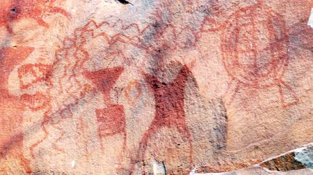 древний : Old drawing and red color painting ancient 1000bc in Pha Team National Park in Ubon Ratchathani Province Thailand