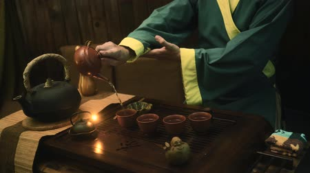cerimônia : Traditional chinese tea ceremony on the tea table, close up, slow motion, dolly shot
