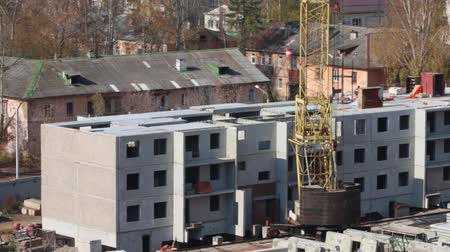 şantiye : Construction site with moving crane and part of concrete panel building Stok Video