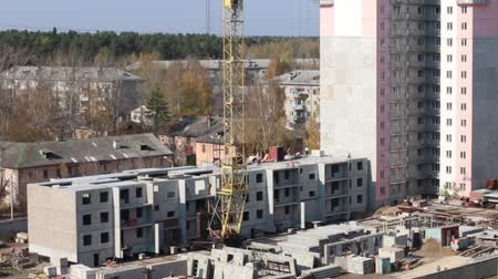 şantiye : Moving crane on construction site and part of concrete panel building