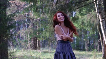 элегантный : Pretty girl in skirt laughs in sunny autumn forest
