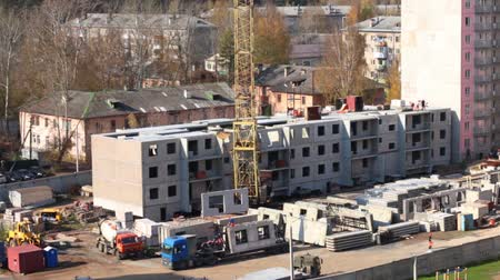 şantiye : Crane unloads concrete panels from truck on construction site Stok Video