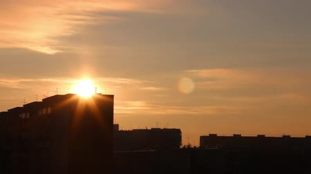 окрестности : Sunset and silhouettes of residential buildings, time lapse Стоковые видеозаписи