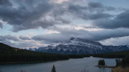 Sunset time lapse of Two Jack Lake, Rocky mountains (Canadian Rockies) in Banff National Park, Alberta, Canada Wideo