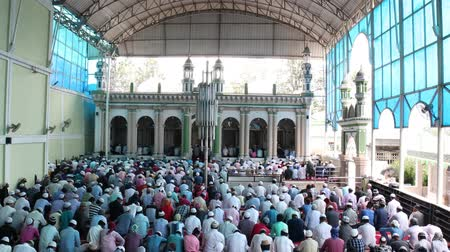 arabština : Kathmandu, Nepal - August 9 2019: Asian Muslim people offering prayer at a mosque. RAW video Dostupné videozáznamy