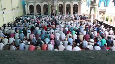 mesquita : Kathmandu, Nepal - August 9 2019: Asian Muslim people offering prayer at a mosque. RAW video Vídeos