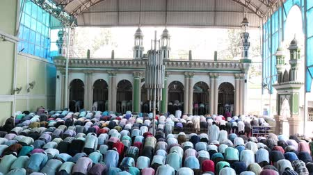 sierpien : Kathmandu, Nepal - August 9 2019: Asian Muslim people offering prayer at a mosque. RAW video Wideo
