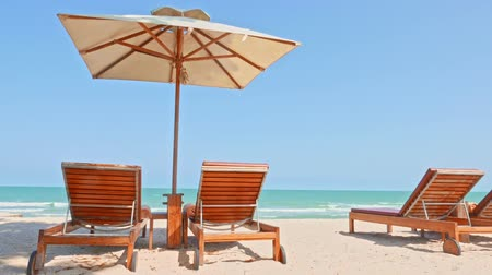 slunečník : Umbrella and chair on the tropical beach and sea with white cloud blue sky for travel Dostupné videozáznamy