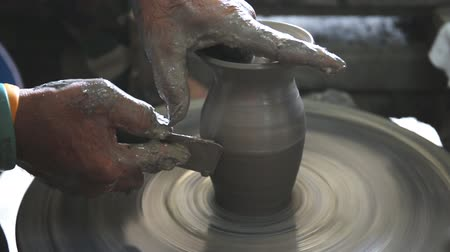 louça de barro : Close up of hands working clay on potters wheel