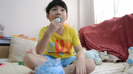 desszertek : Little Asian child eating sweet food