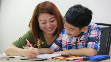 учение : Happy asian family boy and parent drawing together