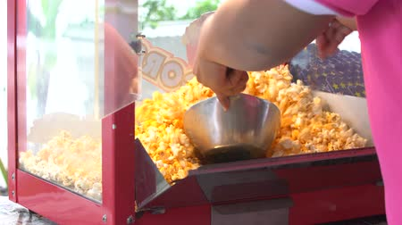 pipoca : 4K, A static shot of a commercial popcorn machine. Mixing by human hand Stock Footage