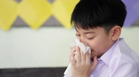 грипп : Little Asian child sick with flu sneezing and clean with tissue paper