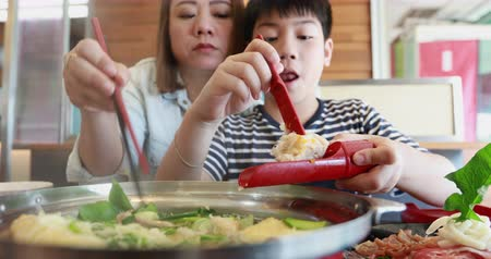 кунжут : Happy asian family mother and son enjoy eating Стоковые видеозаписи