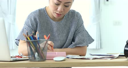 papírnictví : 4K Portrait of Asian woman working hard about paying the bills