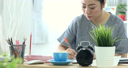 estatísticas : 4K Portrait of Asian woman working hard about paying the bills