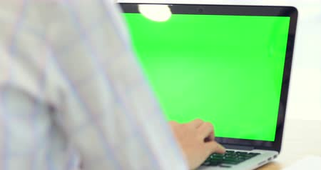 рабочий стол : Asian woman hand typing on Laptop with green screen.