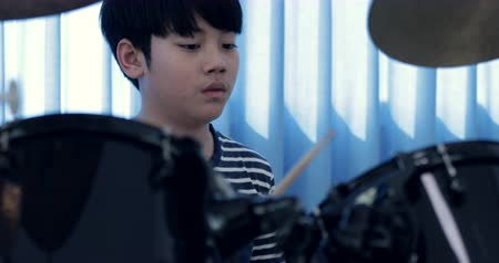 yetenekli : Closeup of asian child drummer practicing for a performance