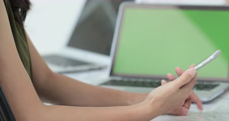 correspondência : Young asian woman waiting for laptop computer loading data. Stock Footage