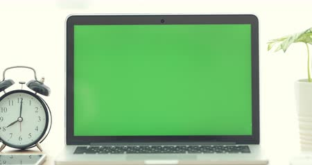 mobilitás : Dolly shot of Laptop computer with green screen.