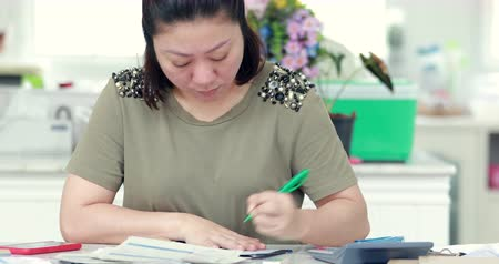 bankier : Close up of asian female accountant or banker making calculations. Home finances, investment, economy, saving money or insurance concept. Wideo