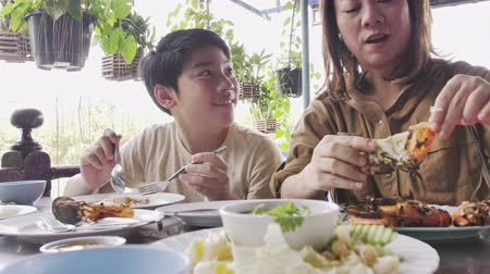 liste : Slow motion of Happy asian family mother and son enjoy eating Stok Video