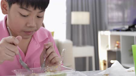 cozinha japonesa : 4K asian boy eating lunch at home, Food for lunch, lunchboxes with jasmine rice box.
