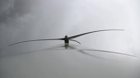 moinho de vento : Wind turbine blades or vanes moving a cloudy day