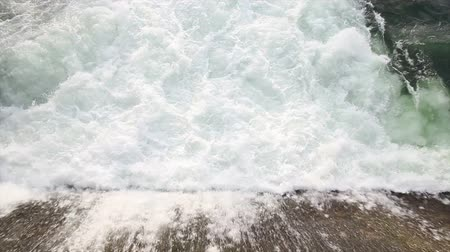 ruído :  Water gushing out at the point of discharge of a dam or reservoir dam