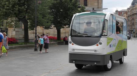 samochód : LEON, SPAIN - SEPTEMBER 11, 2014: Prototype tests minibus without drivers for the streets of the city of Leon. The CityMobil 2 is a project of urban automatic road transport system  without fully electric driver (2 Cuts)