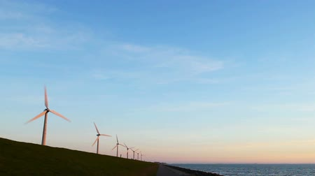 устойчивость : Row of wind turbines with rotating blades.