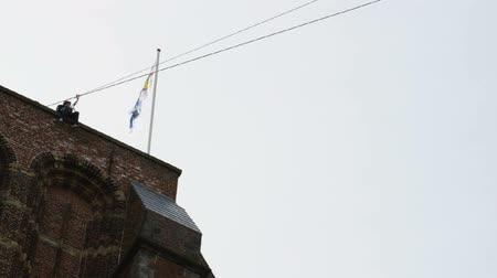 лиса : Overhead zip-line or flying fox from a church tower in the city of Leeuwarden, Friesland, The Netherlands. Стоковые видеозаписи