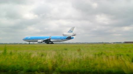 aeroespaço : Airplane taking off. Commercial jet airplane is taking off at the airport of Schiphol in The Netherlands.
