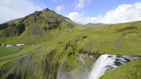 vallei : Skogafoss waterval in IJsland. Stockvideo