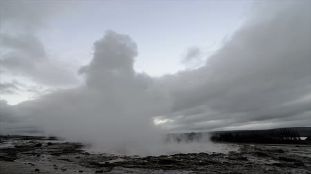 géiser : Eruption of the Strokkur Geyser in Iceland on a cloudy day. Vídeos