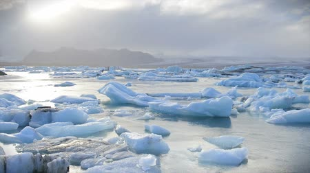 ártico : Time lapse of Icebergs floating in the Jokulsarlon galcier lagoon in Iceland.