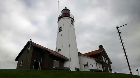 világítótorony : Clouds moving over the lighthouse at Urk in The Netherlands. Time lapse clip.