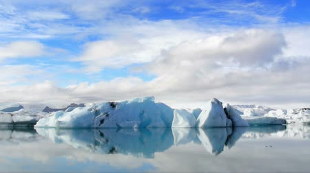 inculto : Timelapse of Icebergs floating in the Jokulsarlon galcier lagoon in Iceland.